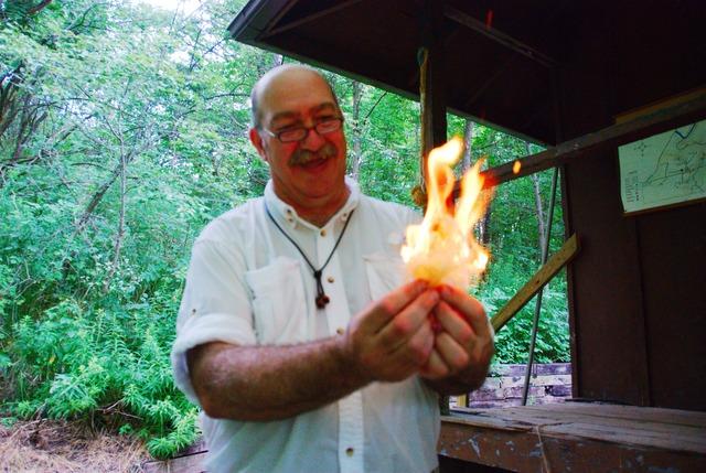 Marty har just gjort upp eld med järn och flinta