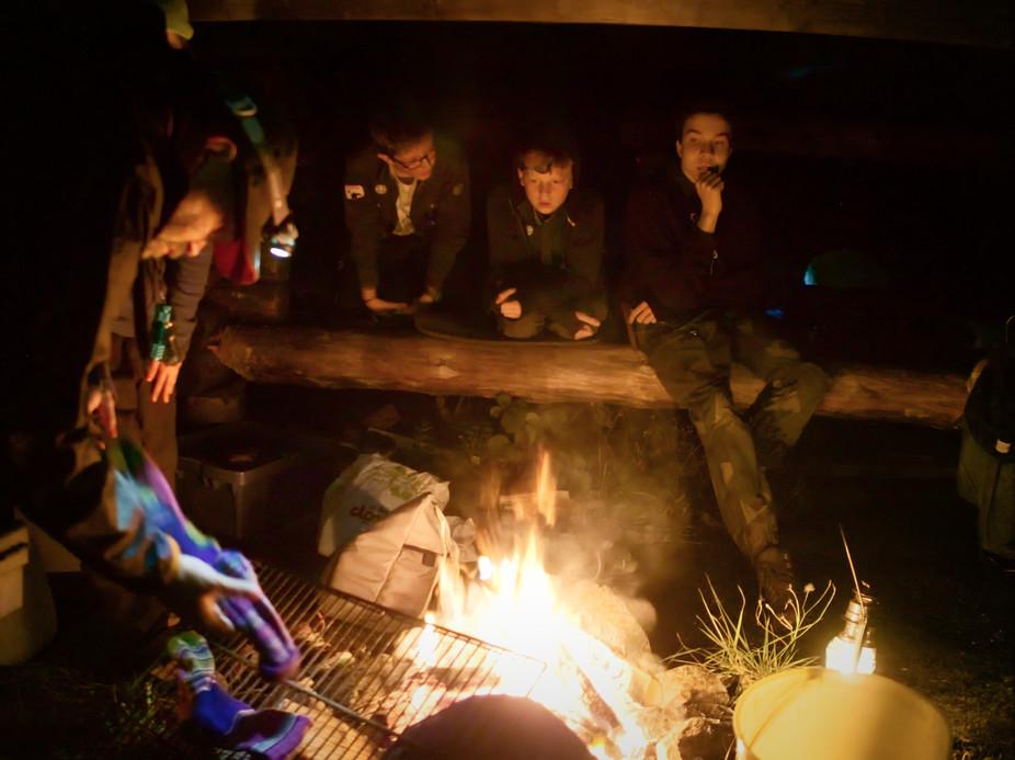 Generationer av scouter har grillat blöta strumpor vid elden.